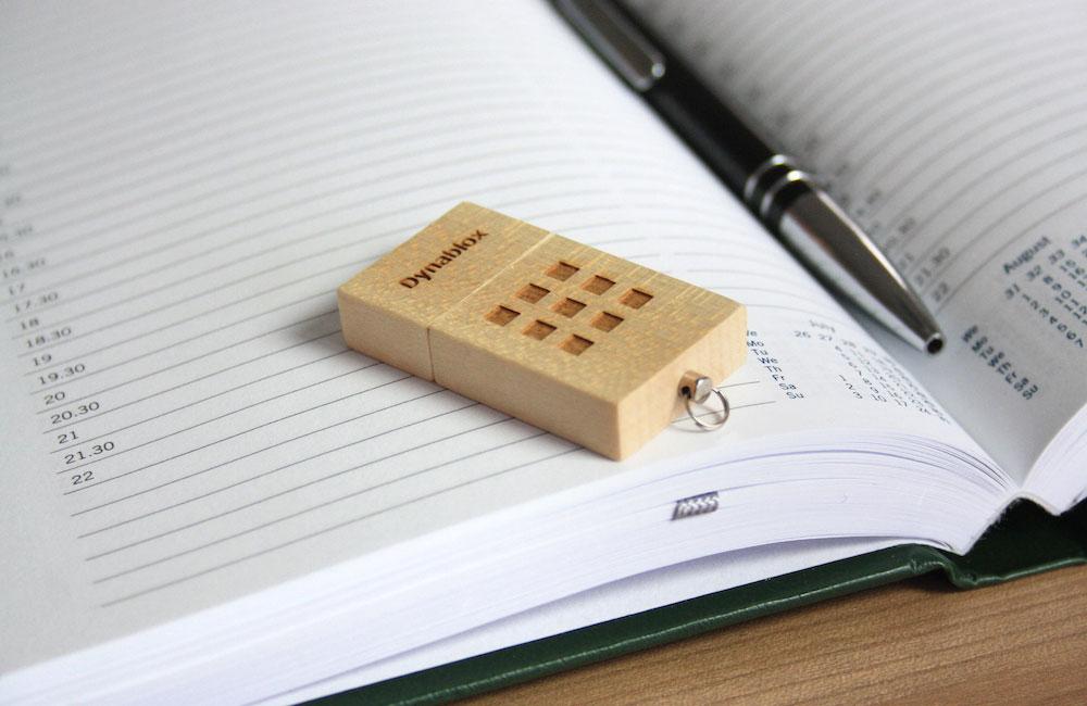 USB Stick Eco Wood aus zertifiziertem Ahornholz mit Lasergravur auf Kappe und Basis